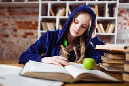 För att få pedagogiskt stöd vid högskolan är diagnos ett krav, detta i motsats till gymnasieskolan som utgår från behov oavsett diagnos eller inte.